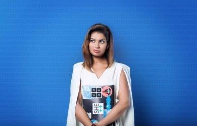 Dona Sarkar em fundo azul.